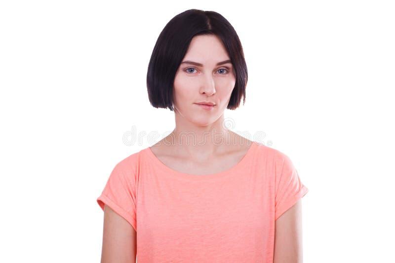 A menina com um olhar perspicaz em um branco isolou o fundo imagens de stock