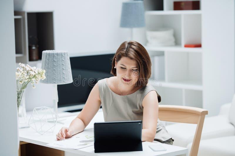 Menina com um portátil na tabela fotografia de stock royalty free