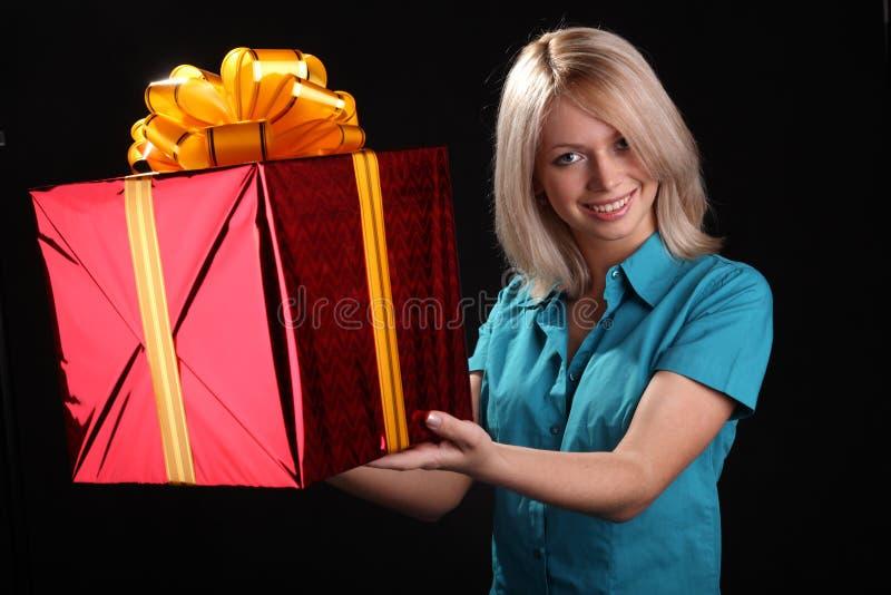 Menina com um presente fotos de stock royalty free