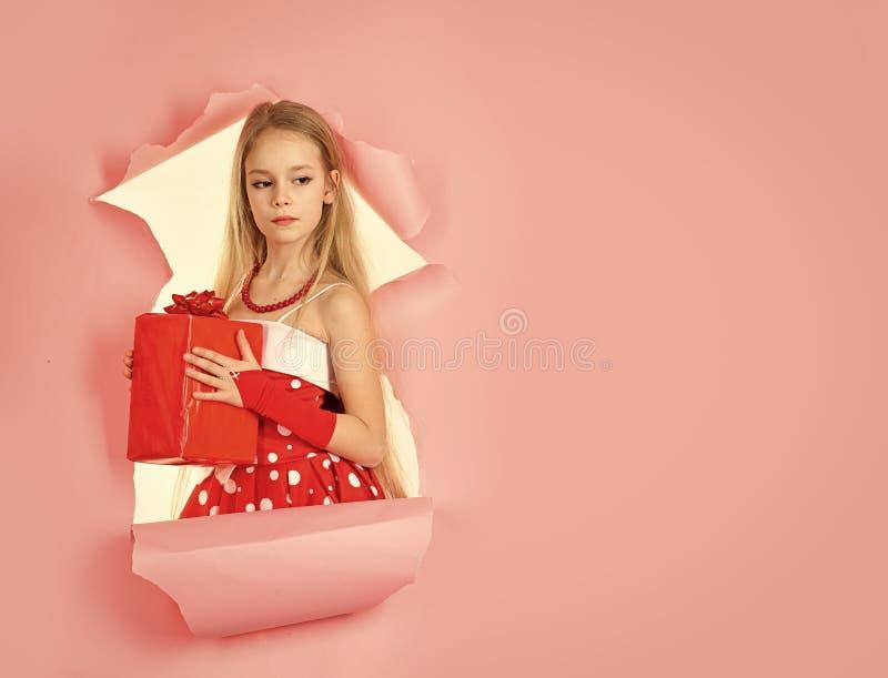 Menina com um presente do Natal Milagre do Natal, caixa de presente mágica e um bebê da criança, espaço da cópia foto de stock