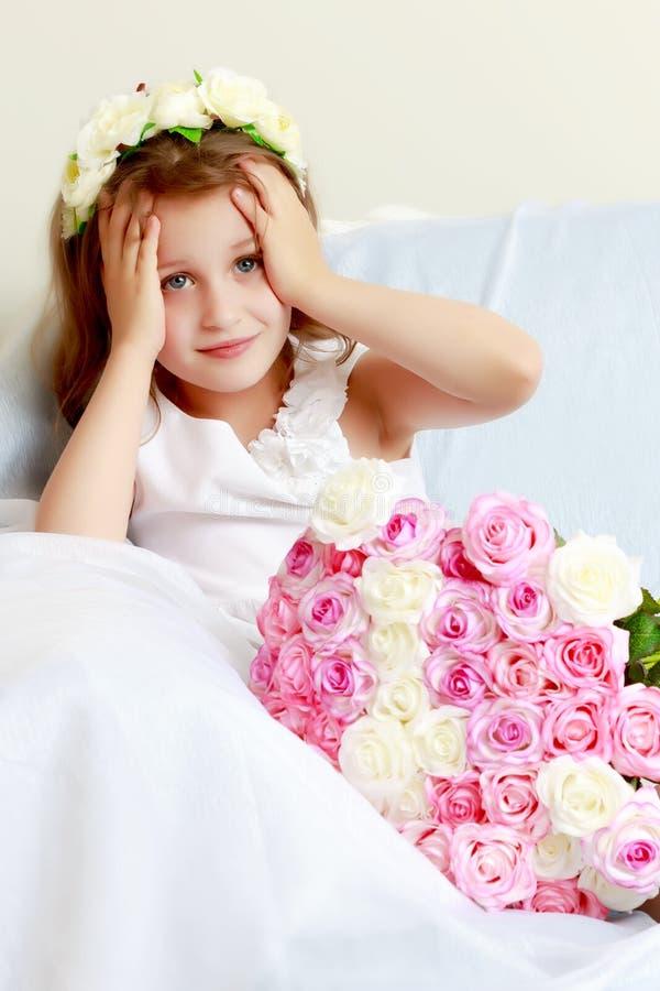 Menina com um ramalhete das flores foto de stock royalty free