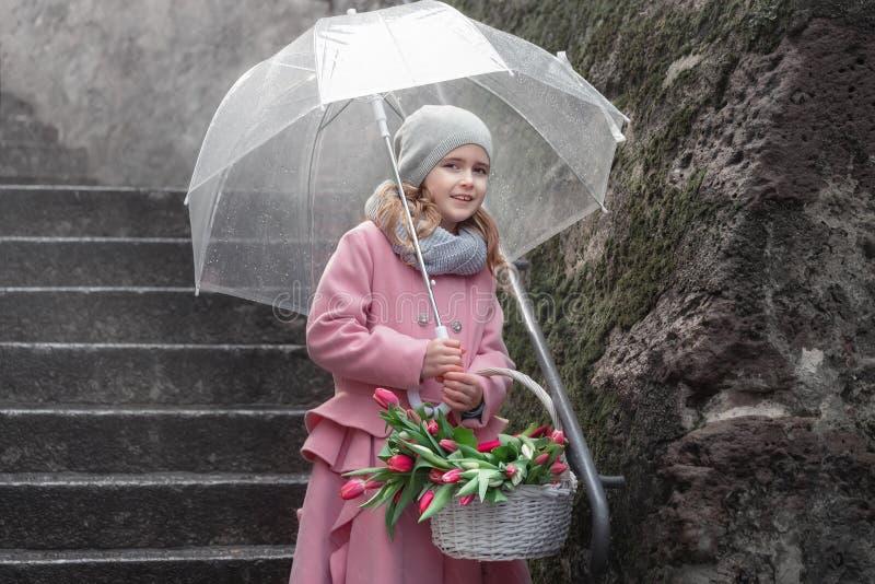 Menina com um ramalhete dos tulips fotografia de stock royalty free