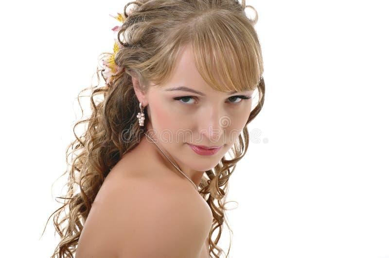 Menina com um revestimento e um vestido com ombros desencapados foto de stock