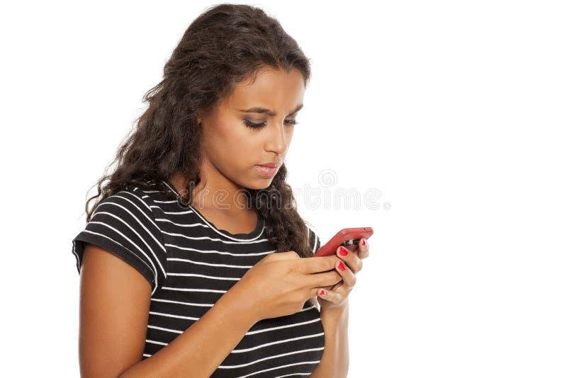 Menina com um smartphone fotos de stock royalty free