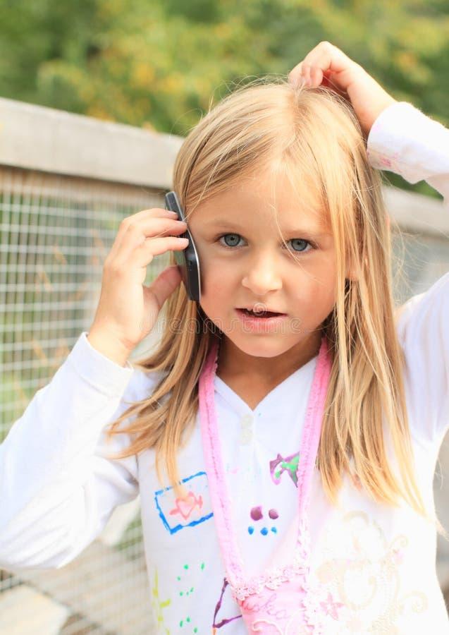 Menina com um telemóvel imagem de stock royalty free