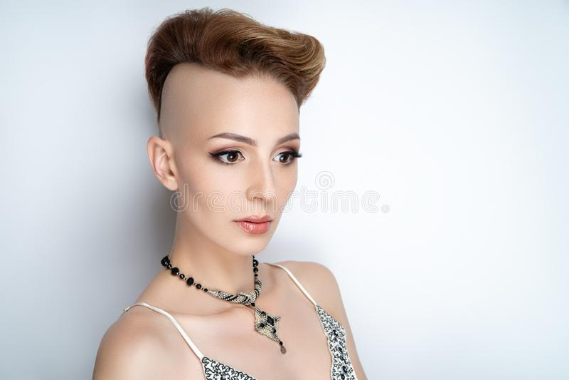 Menina com um templo barbeado fotografia de stock