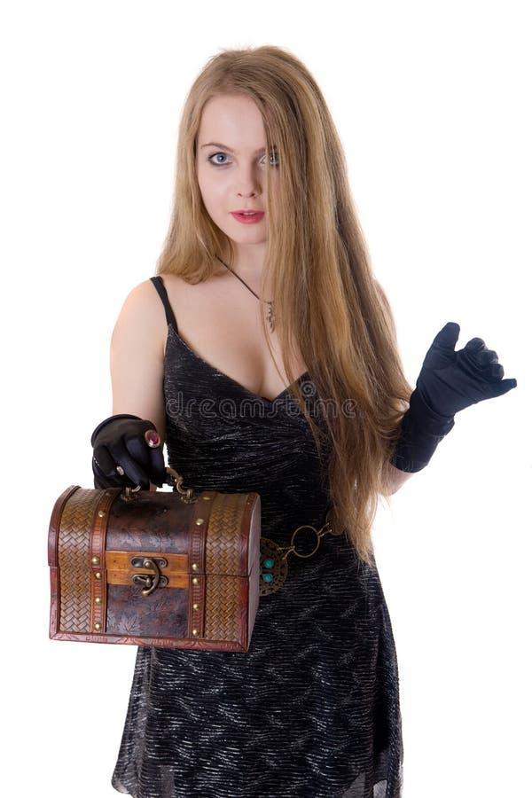 A menina com um tronco de madeira foto de stock royalty free