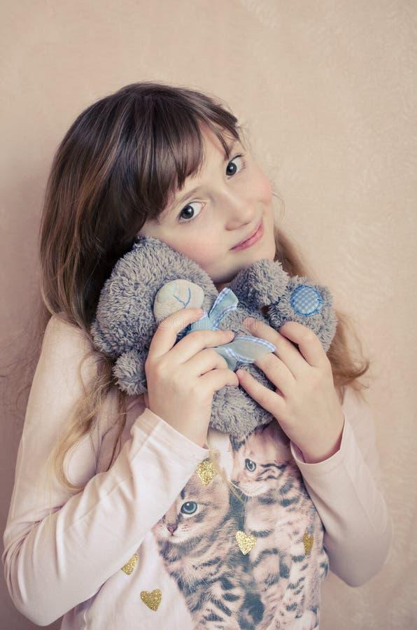 A menina com um urso de peluche fotografia de stock royalty free