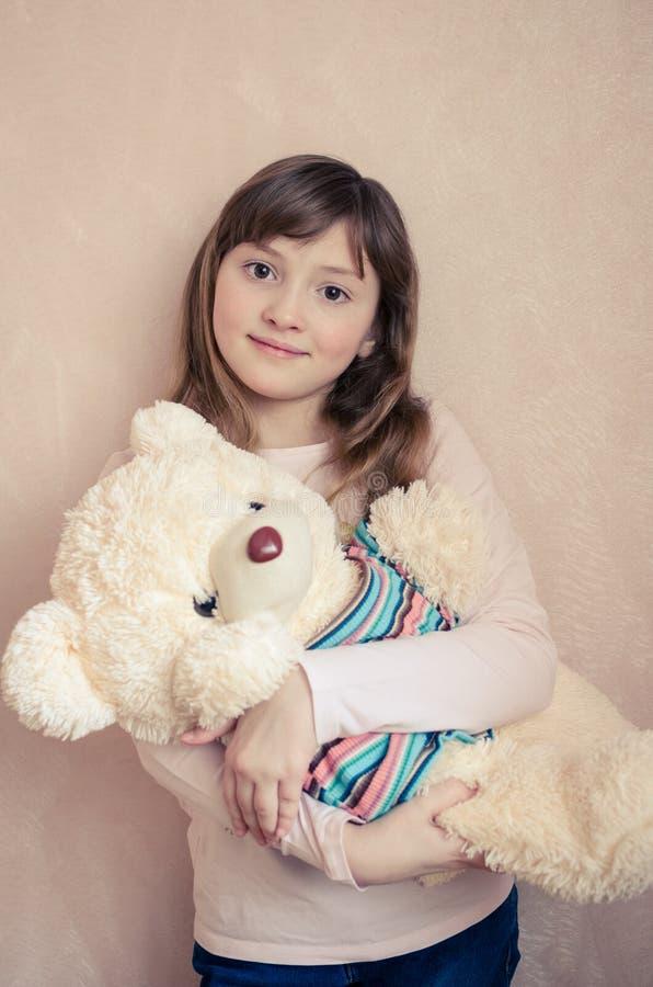 A menina com um urso de peluche fotos de stock