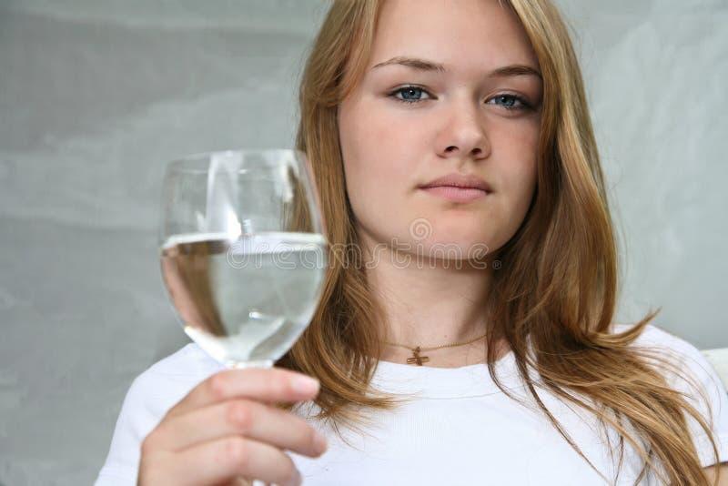 Menina com um vidro da água fotos de stock