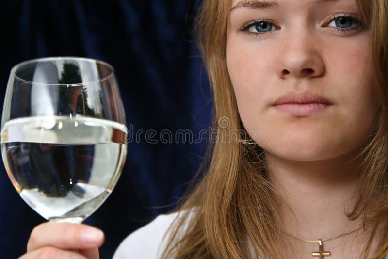 Menina com um vidro da água imagens de stock royalty free