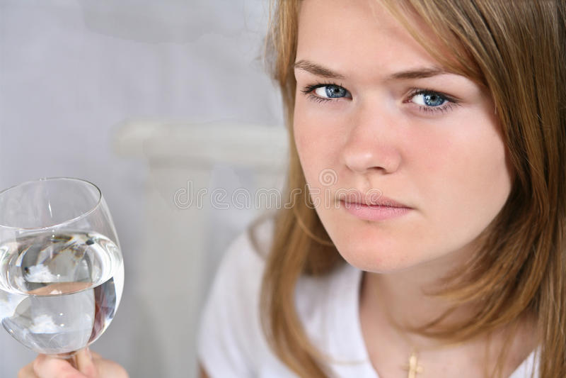 Menina com um vidro da água fotos de stock royalty free