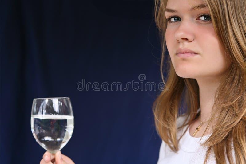 Menina com um vidro da água imagens de stock