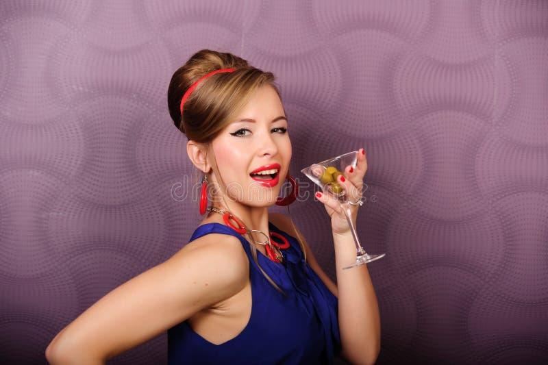 Menina com um vidro de martini foto de stock royalty free