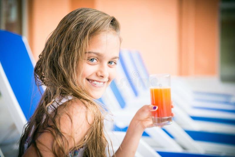 Menina com um vidro do suco fotografia de stock