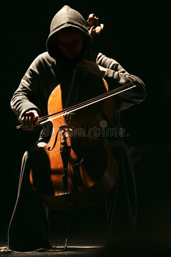 A menina com um violoncelo imagem de stock