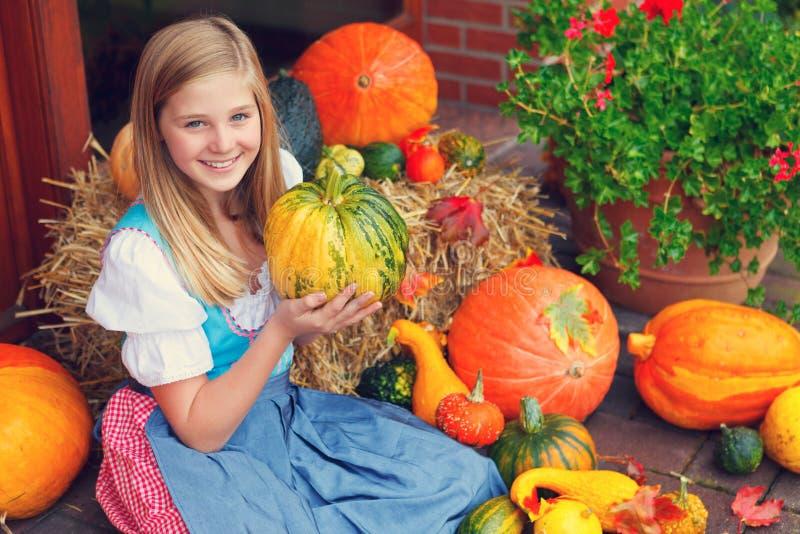 Menina com uma abóbora fotografia de stock