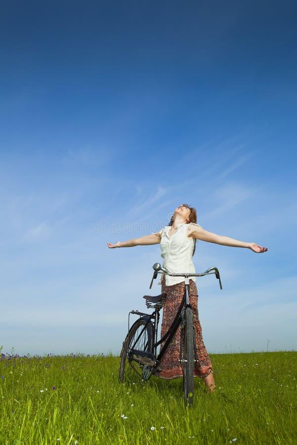 Menina com uma bicicleta fotografia de stock