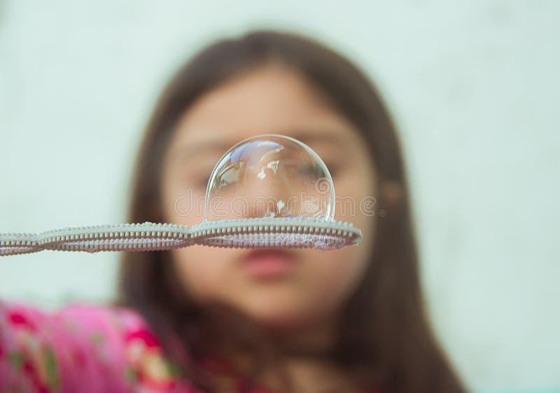 Menina com uma bolha da sopa fotografia de stock royalty free