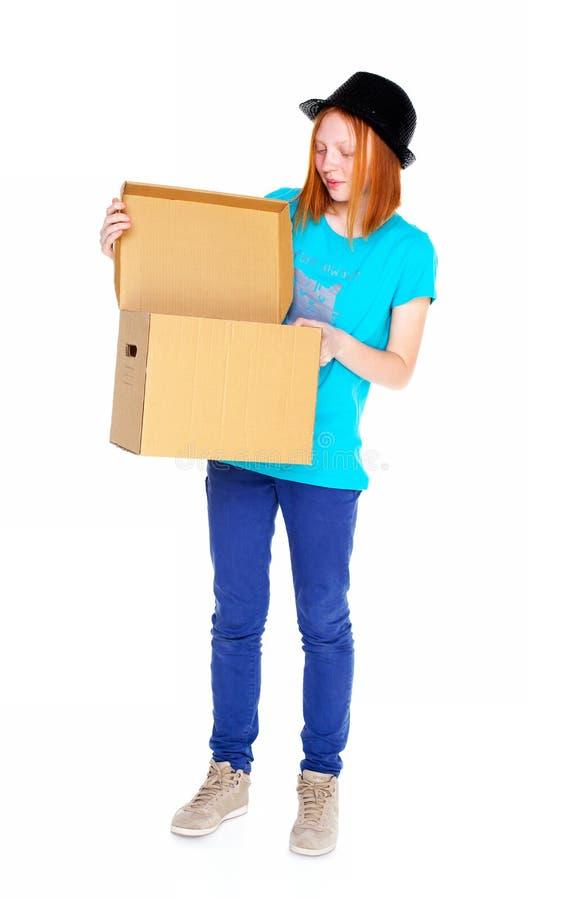 Menina com uma caixa isolada no fundo branco fotografia de stock royalty free