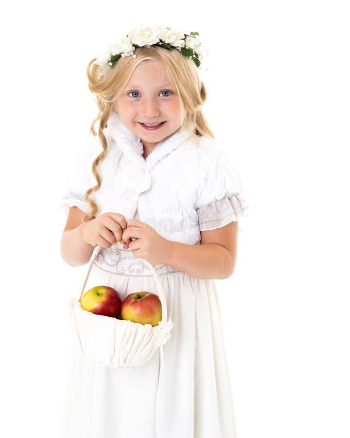Menina com uma cesta das maçãs imagem de stock royalty free