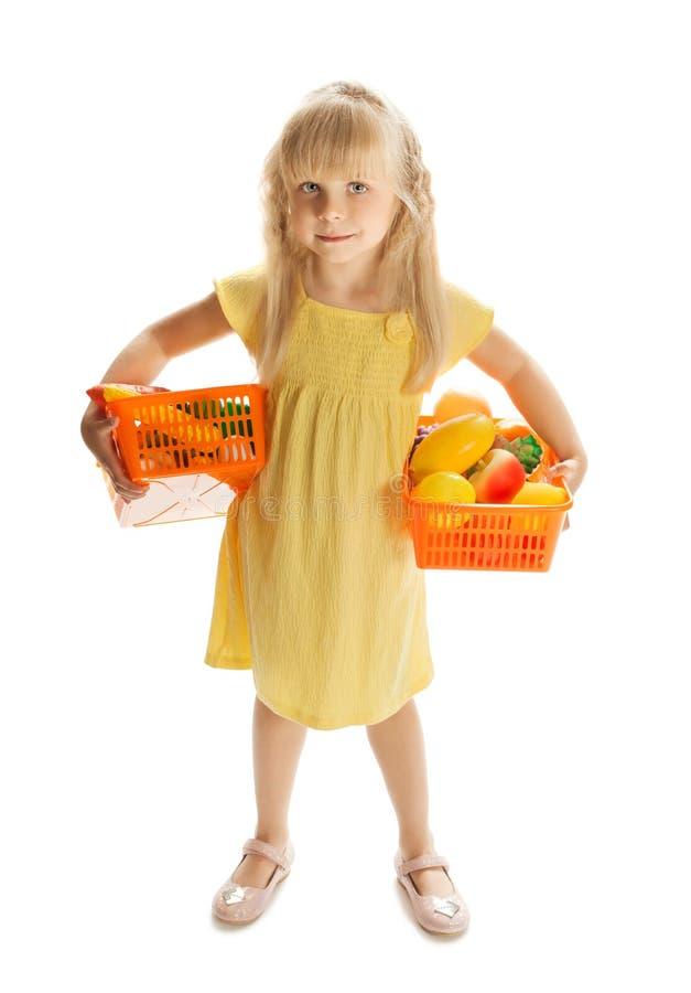 Menina com uma cesta do fruto imagens de stock royalty free