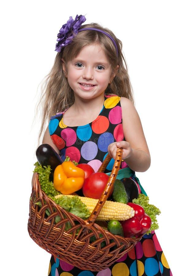 Menina com uma cesta dos vegetais fotografia de stock royalty free