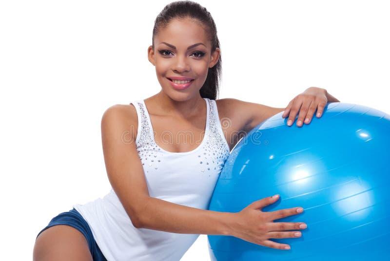 Menina com uma esfera dos pilates foto de stock royalty free