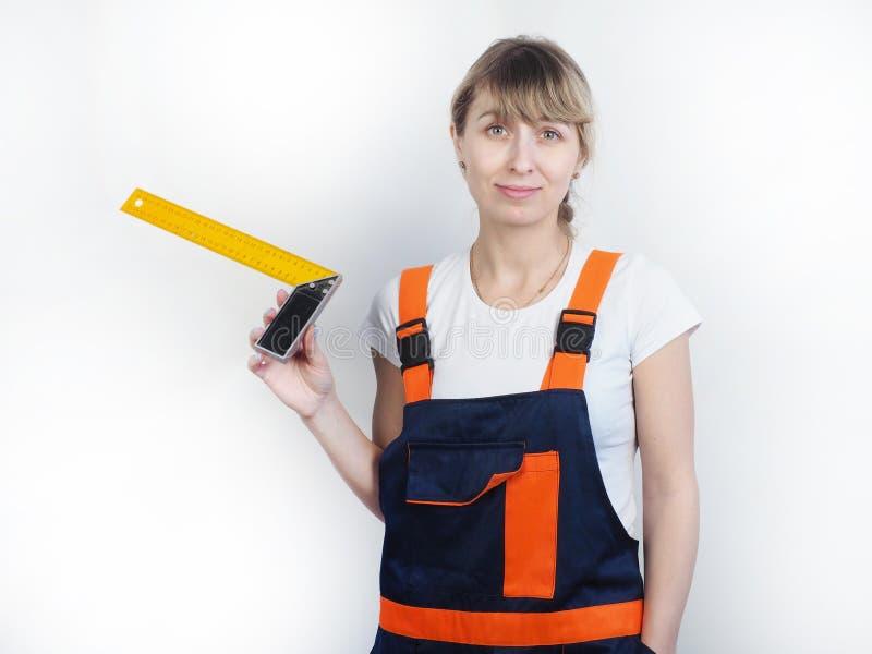 A menina com uma ferramenta de medição imagens de stock