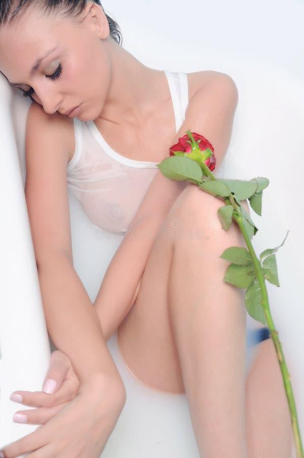 Download Menina com uma flor imagem de stock. Imagem de banheira - 10059969