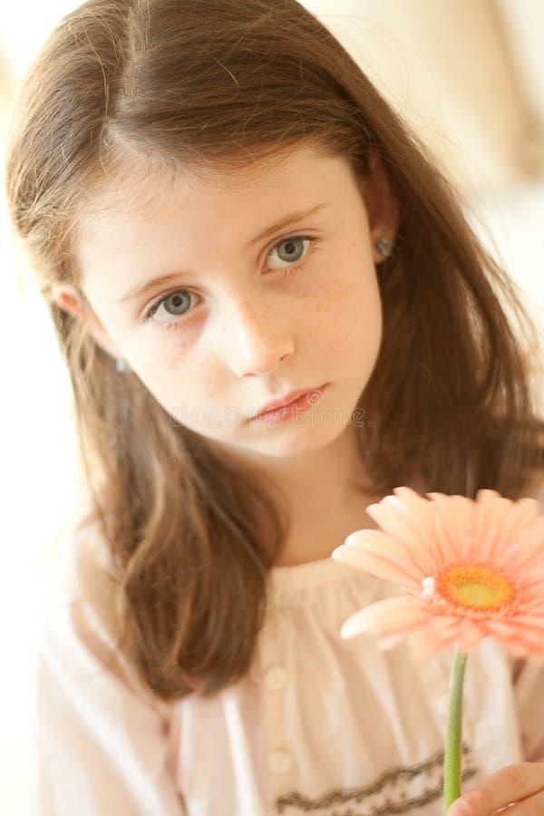 Menina com uma flor fotografia de stock