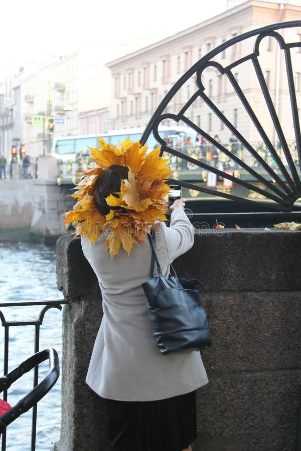 Menina com uma grinalda das folhas amarelas em sua cabeça foto de stock royalty free