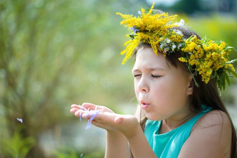 Menina com uma grinalda em sua cabeça fotos de stock royalty free