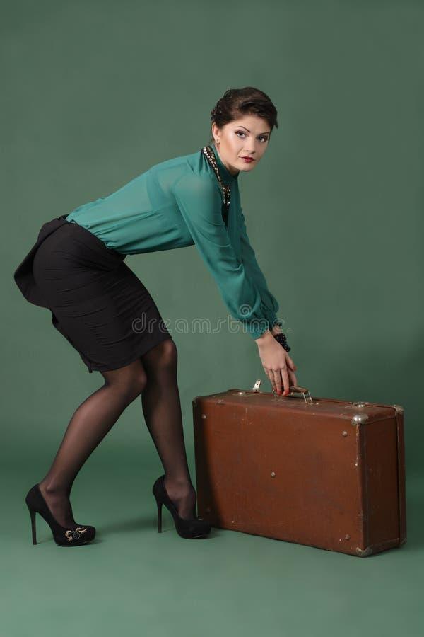 Menina com uma mala de viagem foto de stock