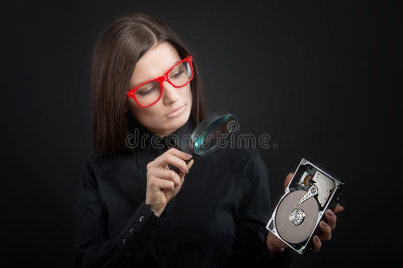 Menina com uma movimentação de disco rígido imagem de stock
