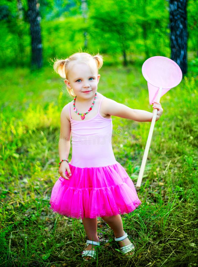 Menina com uma rede da borboleta imagem de stock