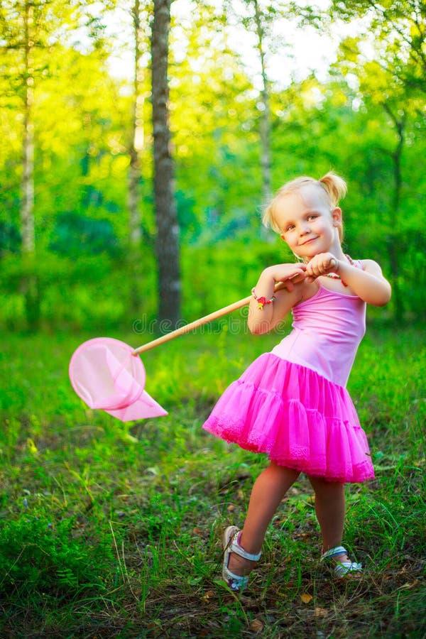 Menina com uma rede da borboleta fotos de stock