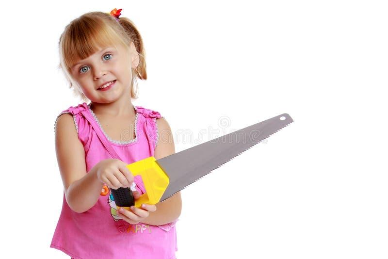 Menina com uma serra imagem de stock