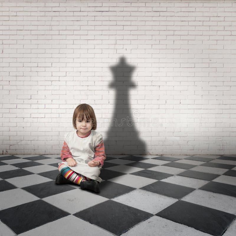 Menina com uma sombra da rainha da xadrez fotografia de stock