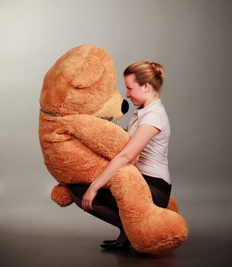 Menina com urso do brinquedo fotografia de stock royalty free