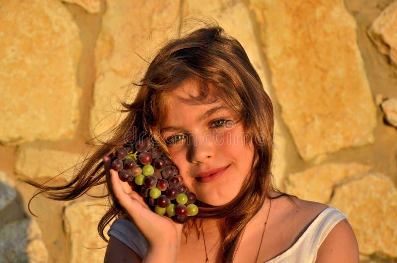 Menina com uvas foto de stock royalty free