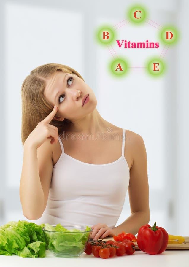 A menina com vegetais escolhe alimentos saudáveis da vitamina fotografia de stock