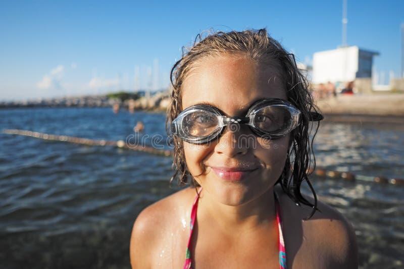 Menina com vidros nadadores fotografia de stock royalty free