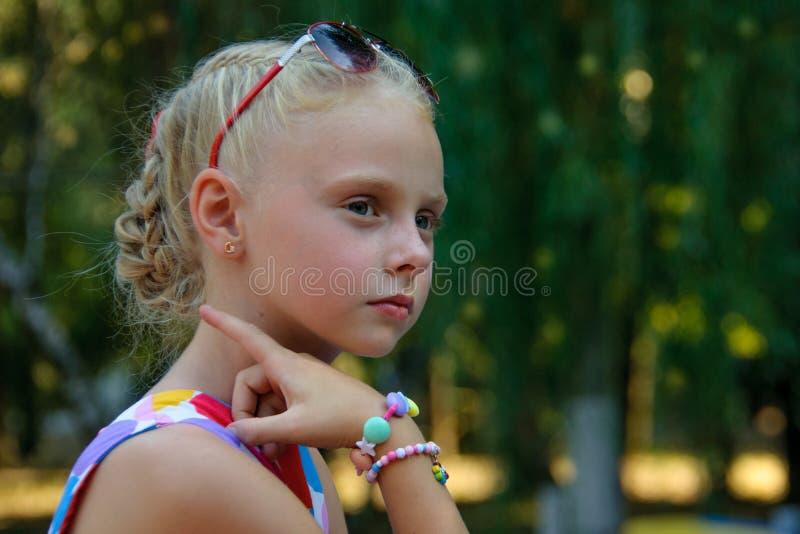 Menina com vidros no parque imagens de stock
