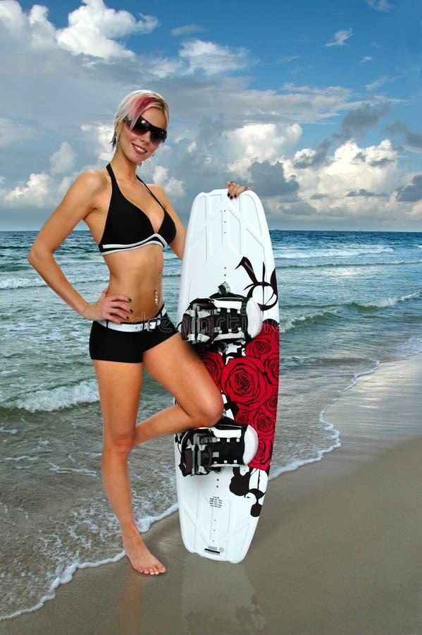 Menina com Wakeboard foto de stock