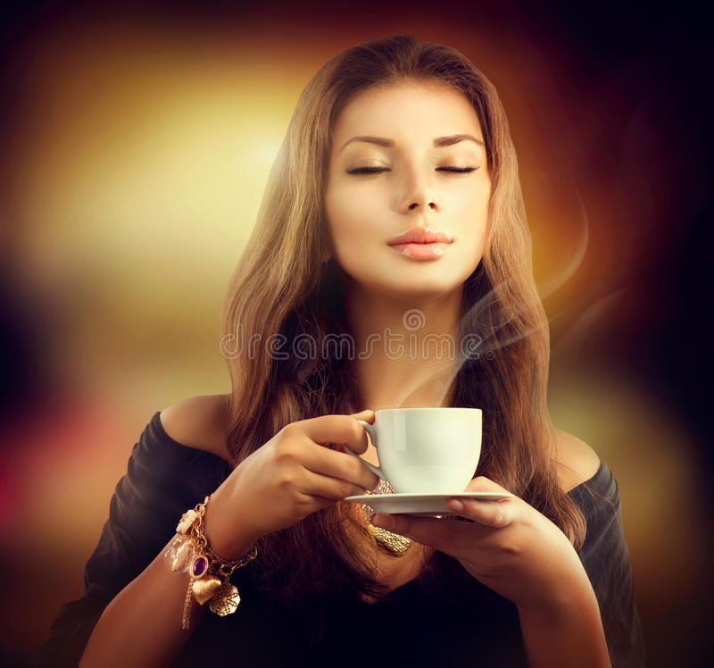 Menina com a xícara de café fotografia de stock royalty free