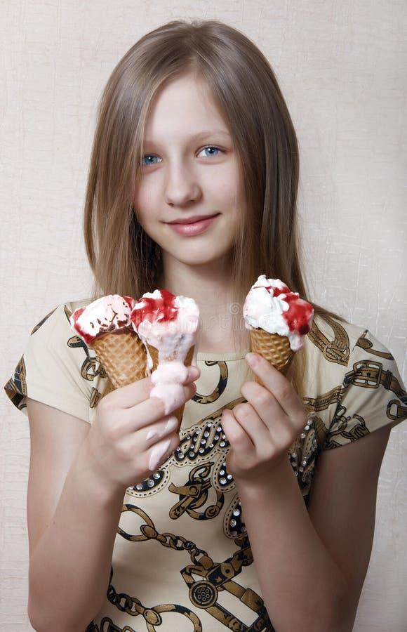 A menina come o gelado fotos de stock