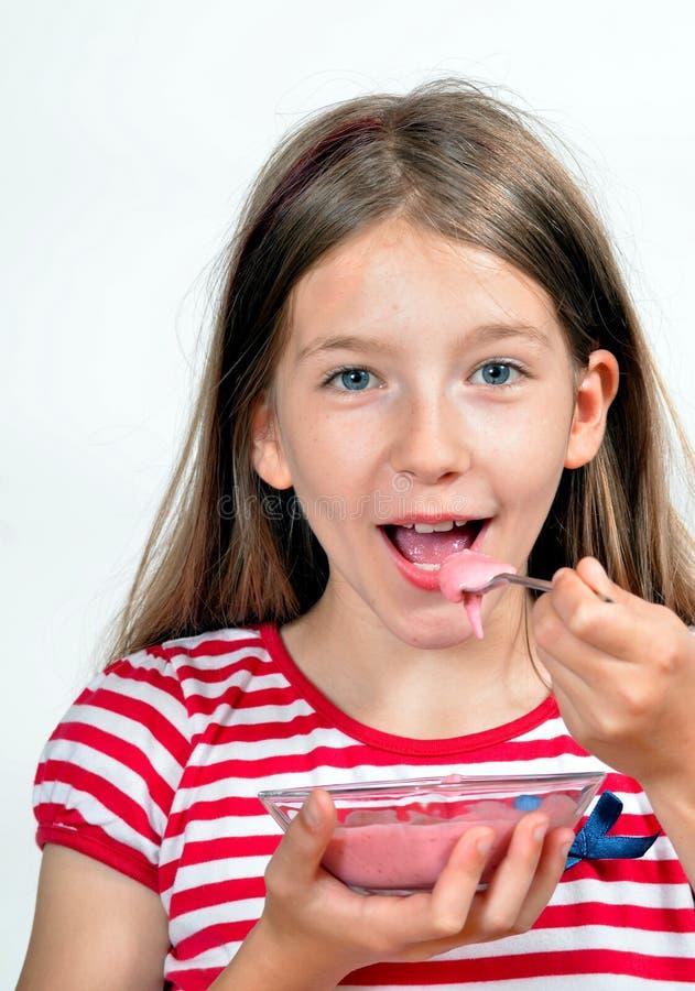 A menina come o queijo do yogurt fotografia de stock royalty free