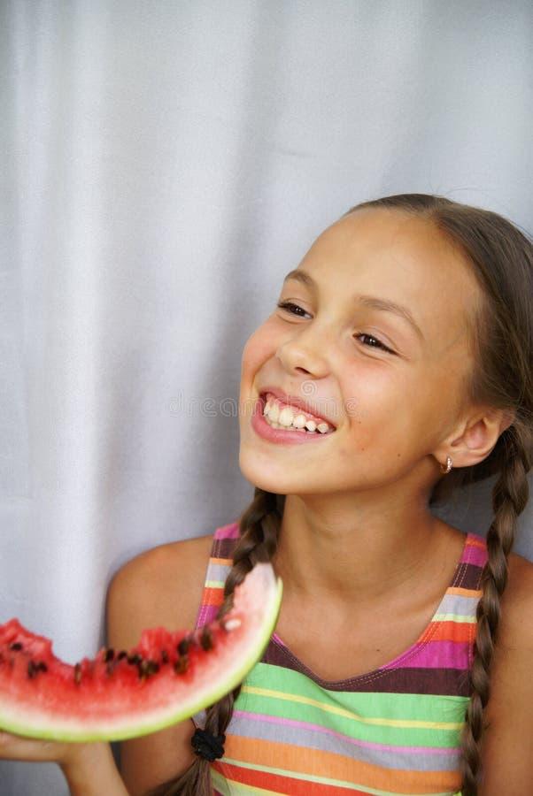 A menina come o watermellon fresco fotos de stock royalty free