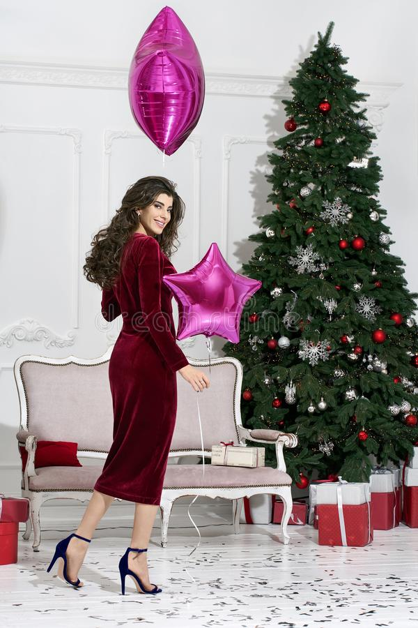 A menina comemora o feriado no estúdio foto de stock royalty free